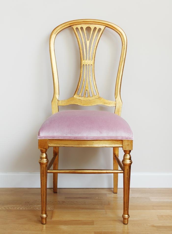 silla-dorada-terciopelo-rosa